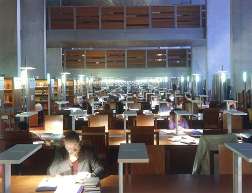 Salle de lecture de la bibliothèque de recherche de la BnF (source : http://www.bnf.fr/fr/la_bnf/sites/a.site_francois-mitterrand.html)